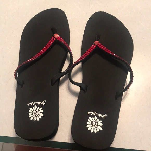 45953b45318a65 NEVER WORN red and black yellow box flip flops